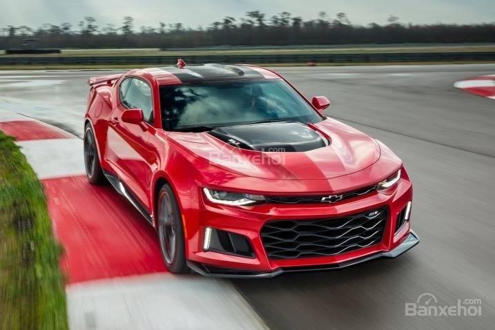 Đánh giá xe Chevrolet Camaro 2017: Thiết kế đầu xe góc cạnh, hầm hố.