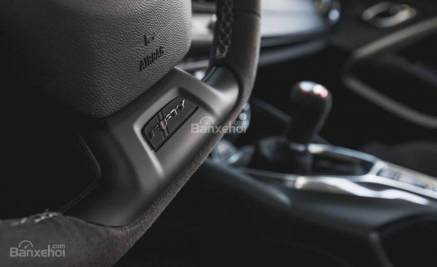 Đánh giá xe Chevrolet Camaro 2017: Thiết kế vô-lăng 3 chấu thể thao tích hợp các nút điều khiển a3