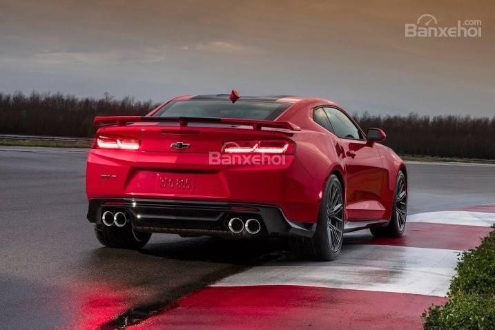 Đánh giá xe Chevrolet Camaro 2017: Đuôi xe nổi bật với hệ thống ống xả kép.