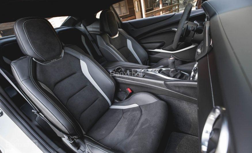 Đánh giá xe Chevrolet Camaro 2017 về không gian ghế ngồi a1
