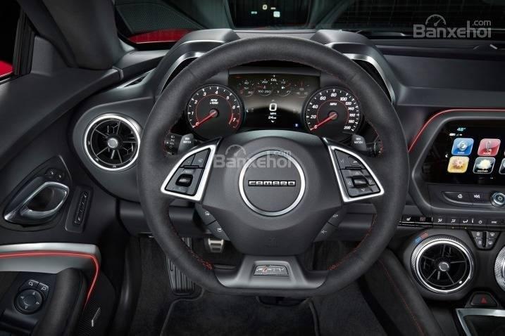 Đánh giá xe Chevrolet Camaro 2017: Thiết kế vô-lăng 3 chấu thể thao tích hợp các nút điều khiển a1