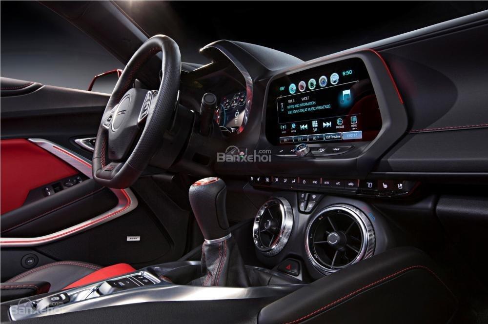 Đánh giá xe Chevrolet Camaro 2017: Bảng điều khiển trung tâm a1