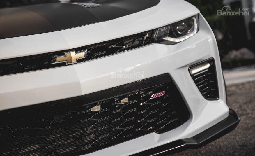Đánh giá xe Chevrolet Camaro 2017: Huy hiệu tên các phiên bản được gắn trên lưới tản nhiệt.