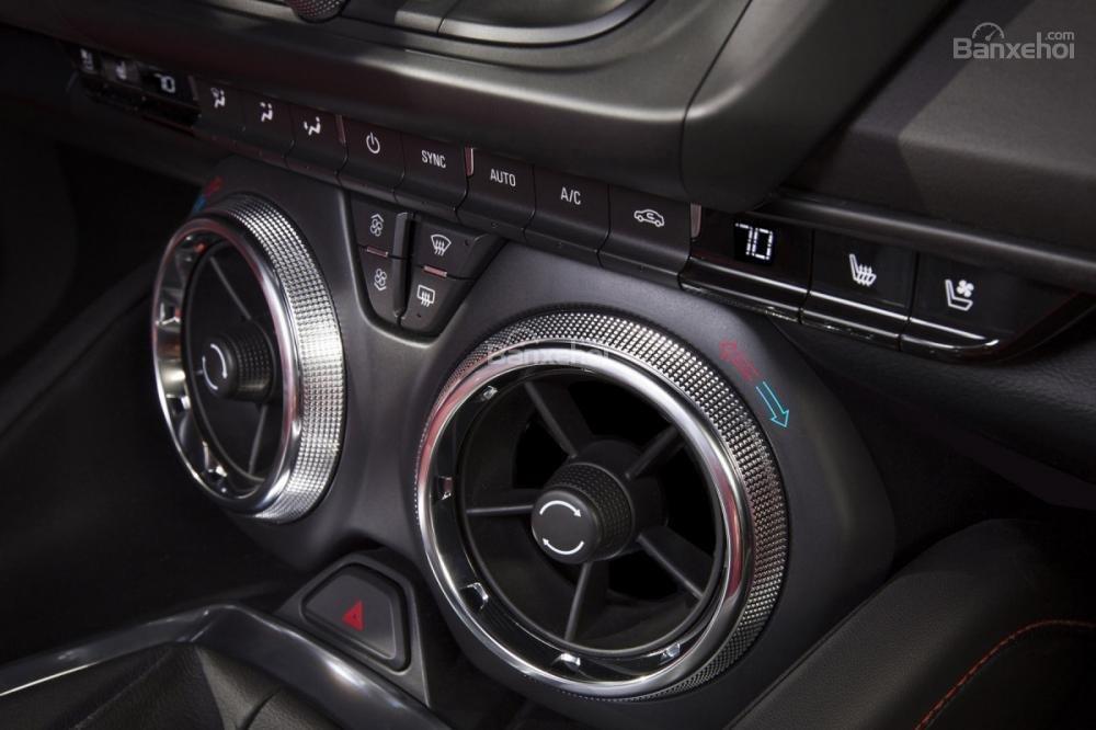 Đánh giá xe Chevrolet Camaro 2017: Cửa gió điều hòa.
