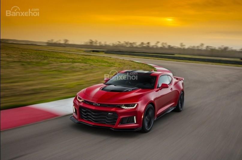 Đánh giá xe Chevrolet Camaro 2017: Xử lý sắc nét, cảm giác lái mượt mà.