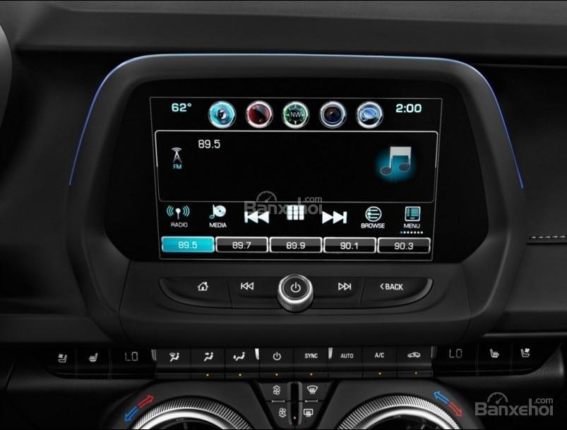 Đánh giá xe Chevrolet Camaro 2017: Màn hình cảm ứng 7 inch.