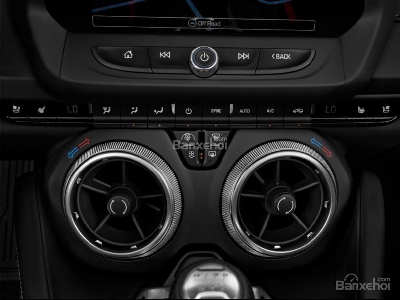 Đánh giá xe Chevrolet Camaro 2017: Bảng điều khiển trung tâm a4
