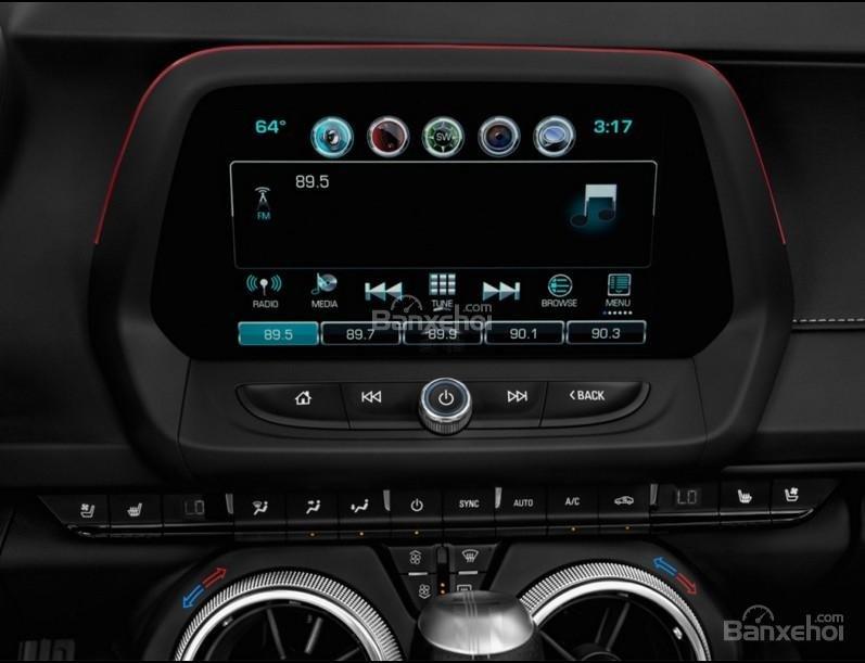 Đánh giá xe Chevrolet Camaro 2017: Bảng điều khiển trung tâm a5