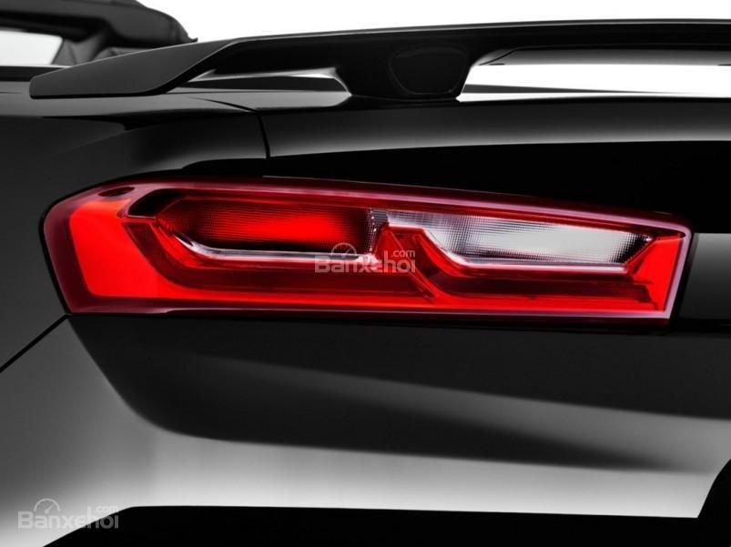 Đánh giá xe Chevrolet Camaro 2017: Đèn hậu LED thiết kế độc đáo.