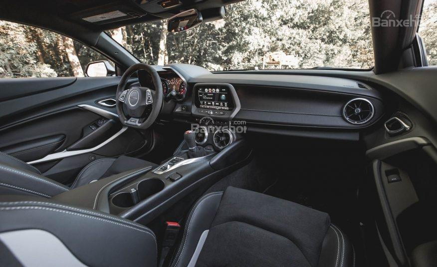 Đánh giá xe Chevrolet Camaro 2017: Thiết kế nội thất đẹp nhưng chưa thuộc dạng hàng đầu phân khúc.