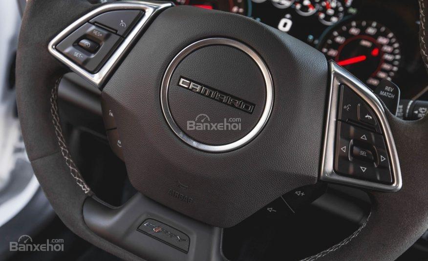 Đánh giá xe Chevrolet Camaro 2017: Thiết kế vô-lăng 3 chấu thể thao tích hợp các nút điều khiển a2