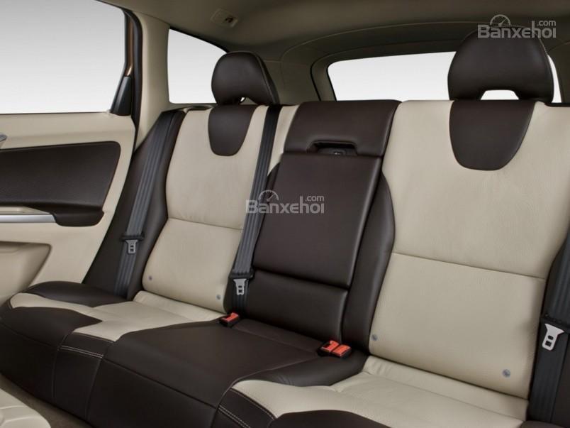 Đánh giá Volvo XC60 2017: Hàng ghế sau có không gian để chân và không gian trên đầu khá rộng, thoáng a2