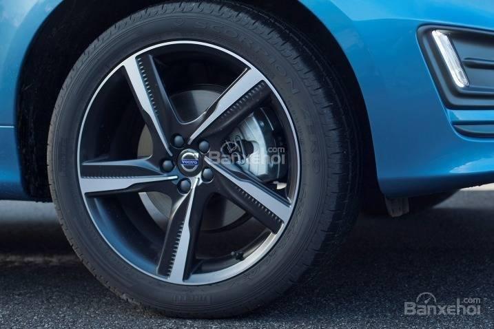 Đánh giá Volvo XC60 2017: Bộ la-zăng 18 inch tiêu chuẩn.