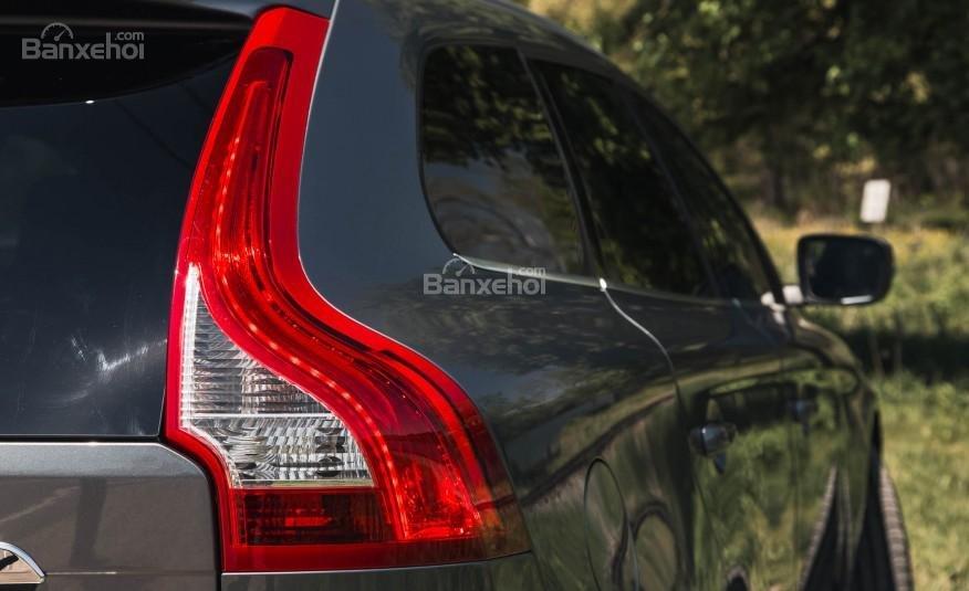Đánh giá Volvo XC60 2017: Đường gân dập nổi bắt mắt chạy dọc từ trước về sau xe.