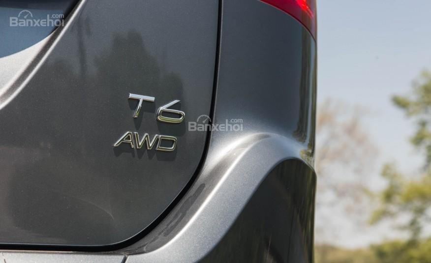 Đánh giá Volvo XC60 2017: Huy hiệu giúp nhận diện các biến thể động cơ.