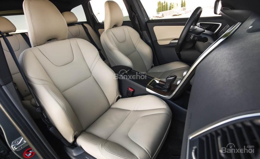 Đánh giá Volvo XC60 2017: Hệ thống ghế ngồi bọc da cao cấp tiêu chuẩn.