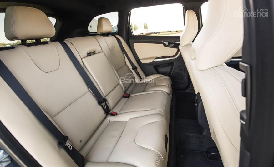 Đánh giá Volvo XC60 2017: Hàng ghế sau có không gian để chân và không gian trên đầu khá rộng, thoáng a1