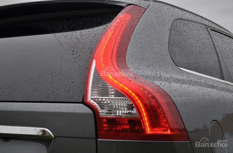 Đánh giá Volvo XC60 2017: Đèn hậu LED hình chữ L nổi bật kéo dài lên tận gần mái vòm a2