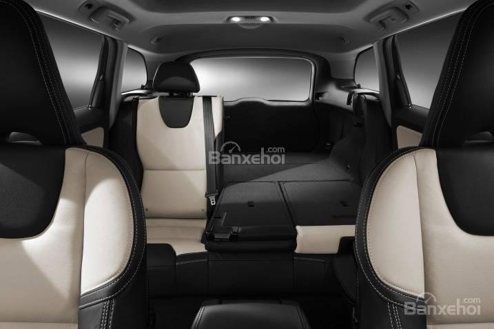 Đánh giá Volvo XC60 2017: Hàng ghế thứ 2 có thể gập linh hoạt.