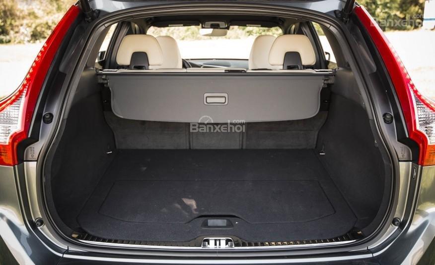 Khoang hành lý của Volvo XC60 2017 đạt 872 lít, rộng hơn so với mức trung bình.