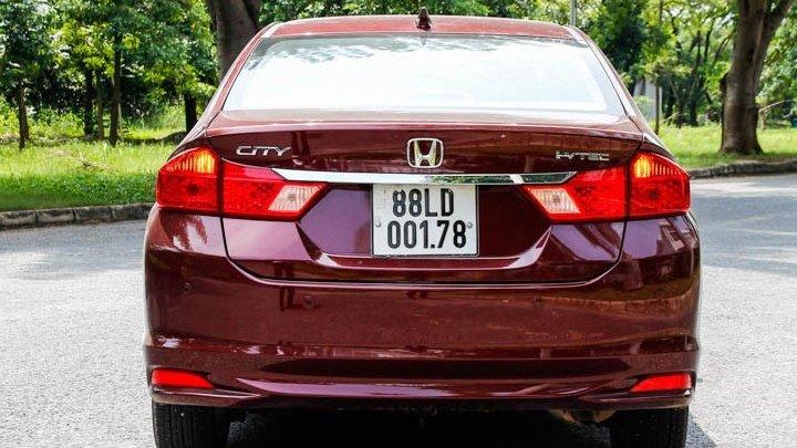 So sánh xe Suzuki Ciaz 2017 và Honda City 2016 về thiết kế đuôi xe.