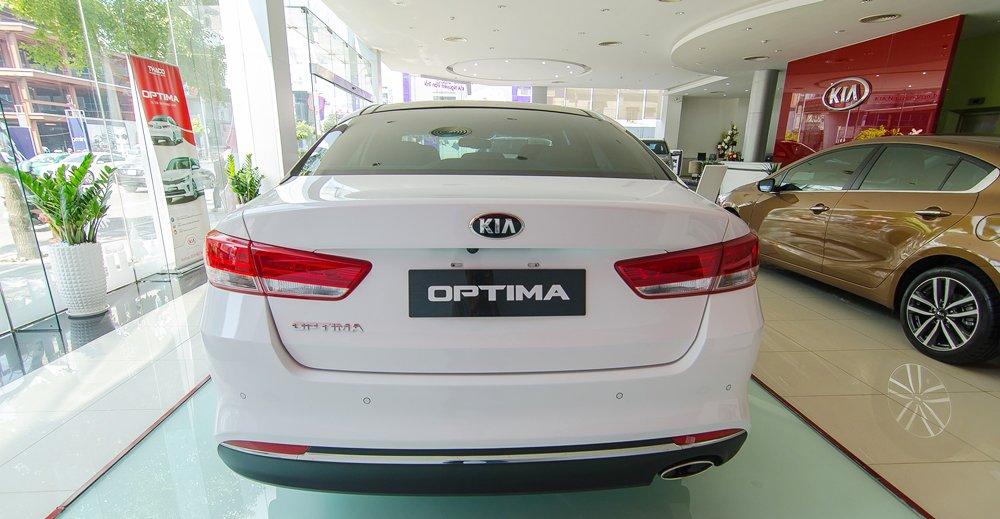 Đánh giá xe Kia Optima 2017 có đuôi bắt mắt với thiết kế mới mẻ.