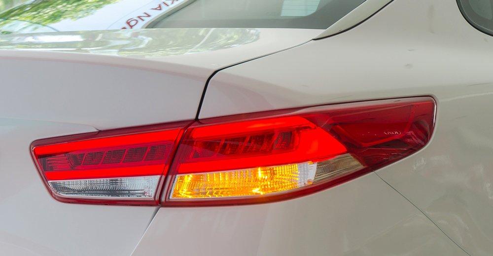 """Đánh giá xe Kia Optima 2017 có cụm đèn hậu phá cách thiết kế """"hếch"""" sang 2 bên."""