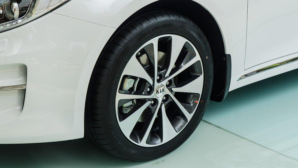 Đánh giá xe Kia Optima 2017 có mâm xe 18 inch với la zăng đa chấu khỏe khoắn.