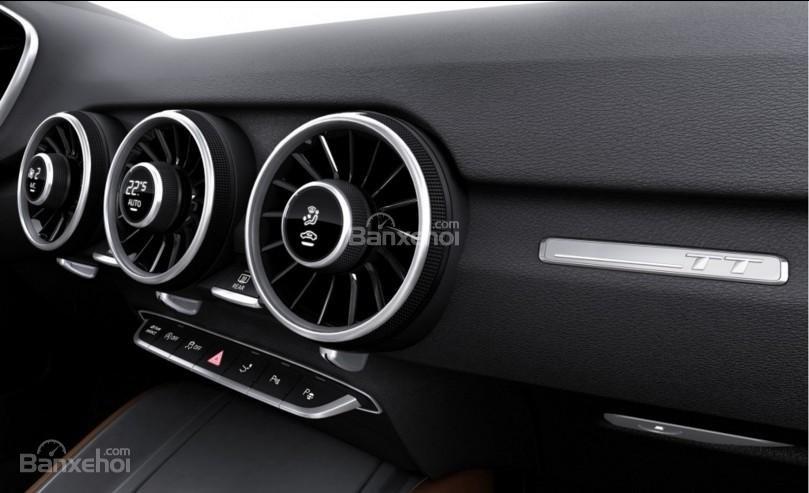 Đánh giá xe Audi TT 2017: Vị trí màn hình được thay bằng 3 hốc gió đi kèm các nút điều chỉnh..