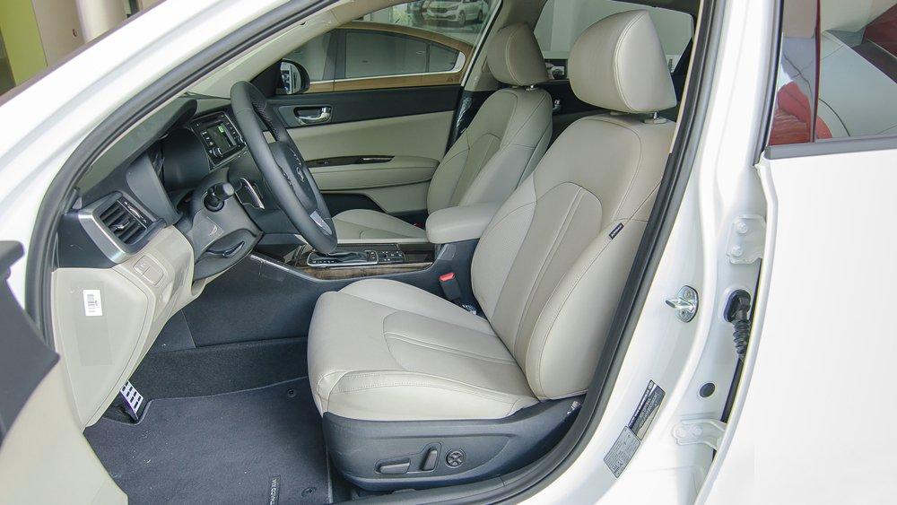 Đánh giá xe Kia Optima 2017 có hàng ghế trước thiết kế dạng ôm chắc chắn.