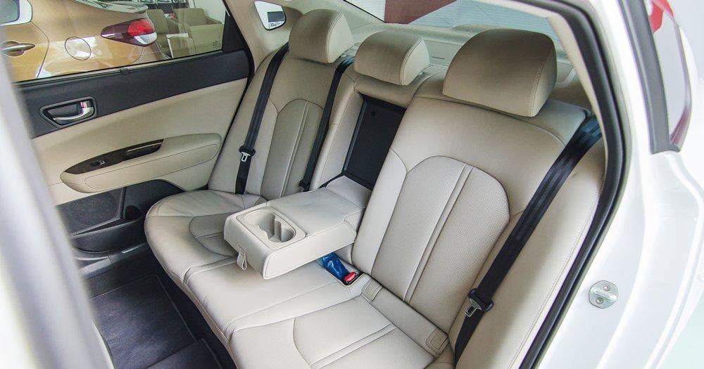 Đánh giá xe Kia Optima 2017 có hàng ghế sau rộng rãi với ghế giữa tích hợp khay để ly.