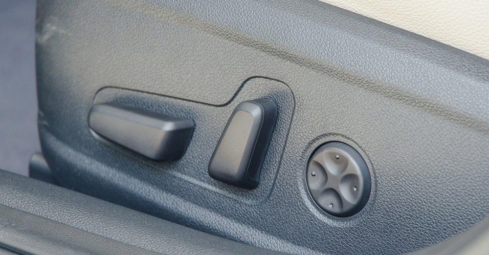 Đánh giá xe Kia Optima 2017 có ghế lái chỉnh điện 12 hướng.