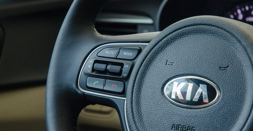 Đánh giá xe Kia Optima 2017 tích hợp thoải rảnh tay, tăng giảm âm lượng trên vô lăng.