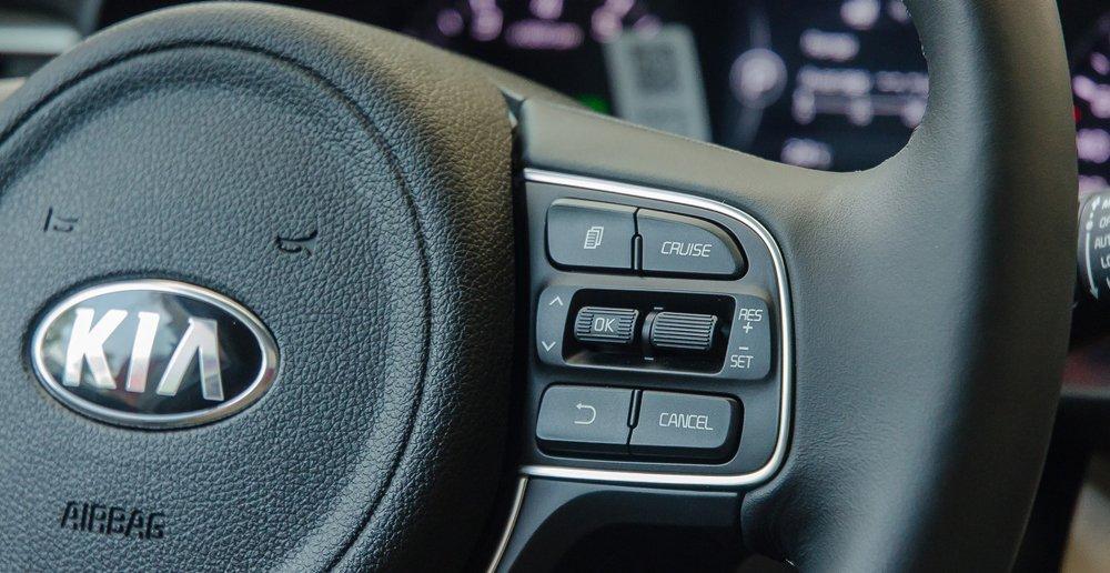 Đánh giá xe Kia Optima 2017 tích hợp cài đặt kiểm soát hành trình cruise control trên vô lăng.