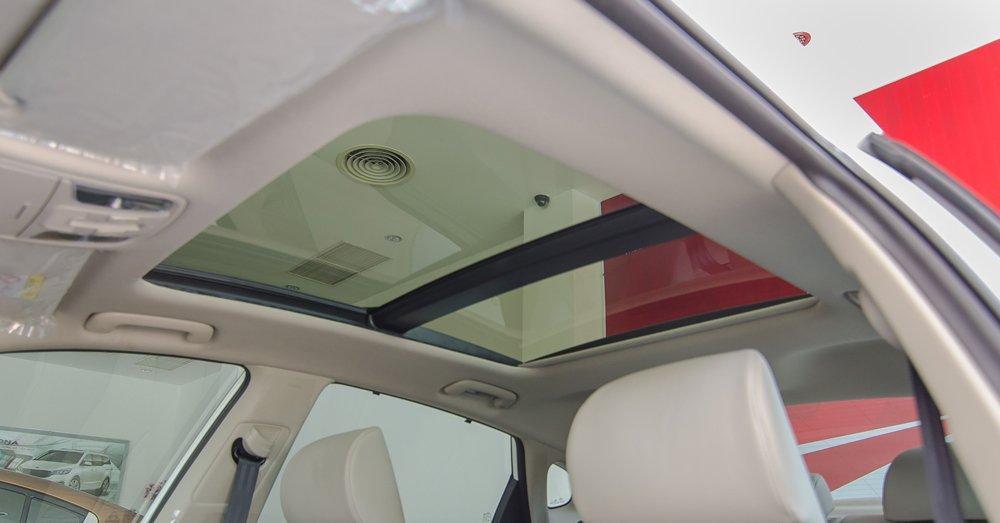 Đánh giá xe Kia Optima 2017 có cửa sổ trời toàn cảnh rộng rãi.