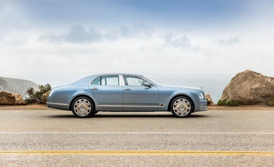 Đánh giá xe Bentley Mulsanne 2017: Thân xe thiết kế mượt mà nổi bật với đường mạ crom sáng bóng.