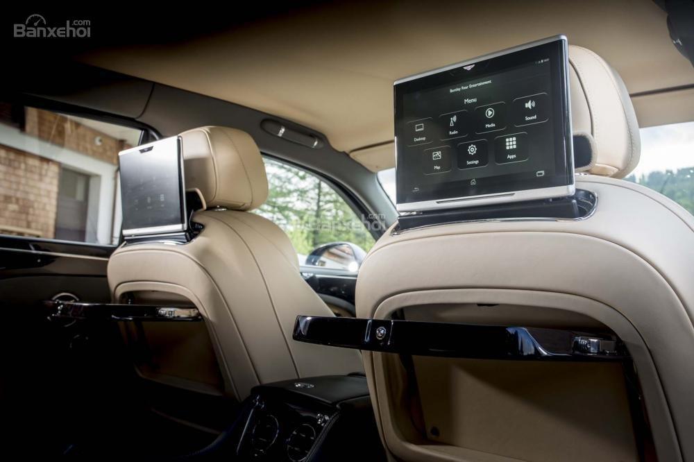 Đánh giá xe Bentley Mulsanne 2017: Màn hình giải trí cho hàng ghế sau.
