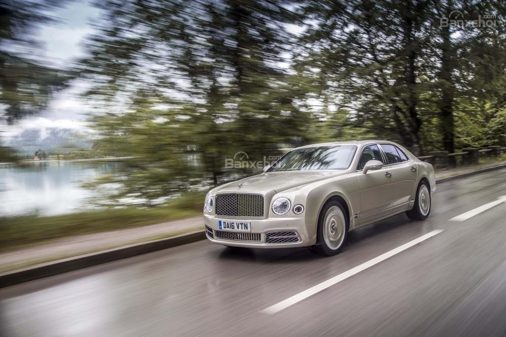 """Đánh giá xe Bentley Mulsanne 2017: Cảm giác lái thoải mái, linh hoạt cùng tốc độ """"chất""""."""