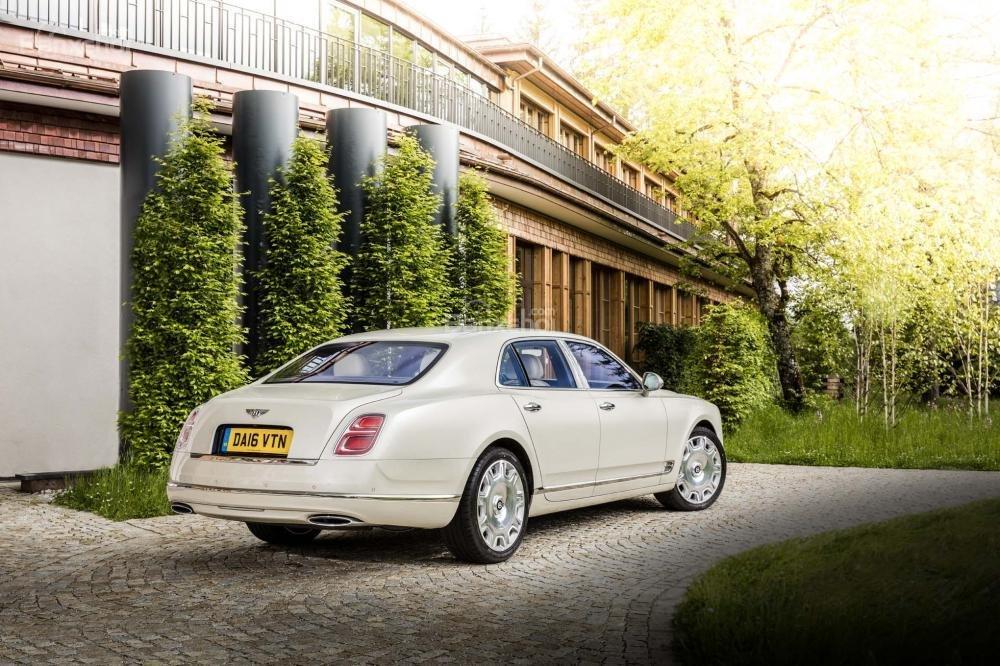 Đánh giá xe Bentley Mulsanne 2017: Cản sau được mở rộng hơn 26 mm ở góc dưới.