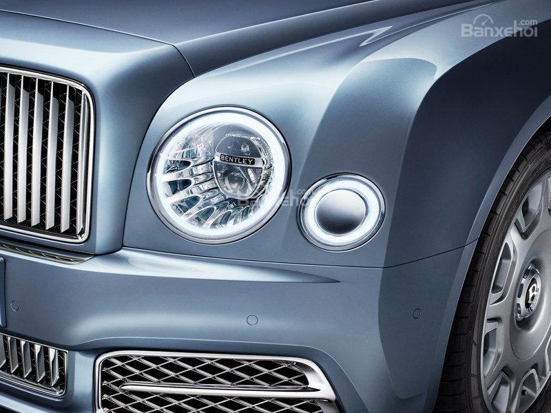 Đánh giá xe Bentley Mulsanne 2017: Đèn pha dạng tròn tiêu chuẩn với thiết kế LED mới độc quyền.