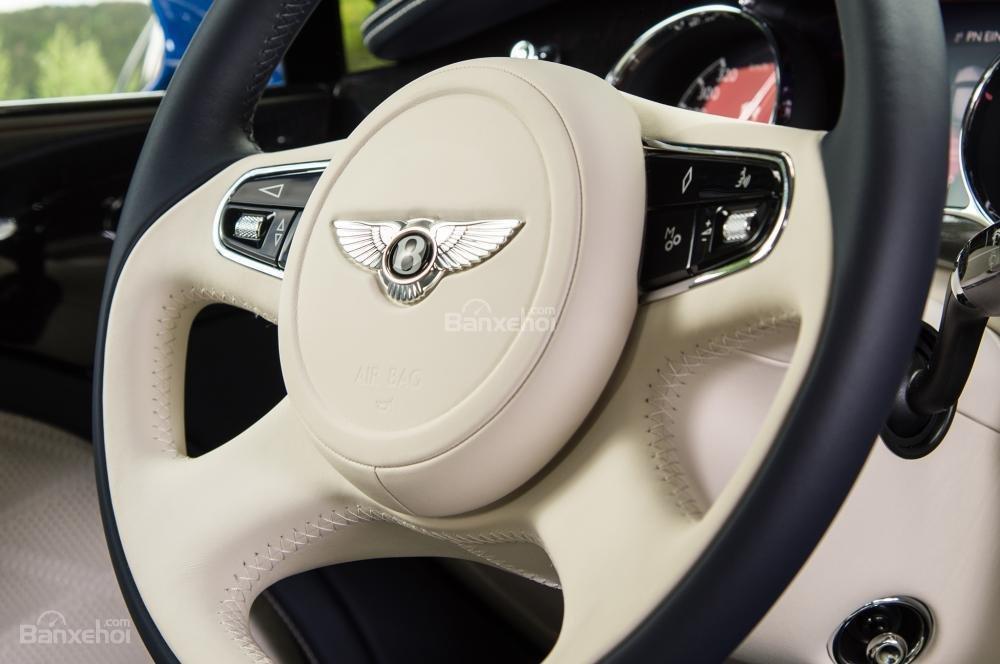 Đánh giá xe Bentley Mulsanne 2017: Vô-lăng bọc da cao cấp tích hợp các nút điều khiển chức năng.