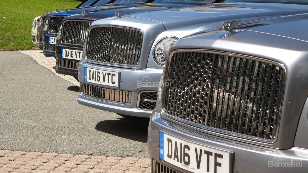 Đánh giá xe Bentley Mulsanne 2017: Thiết kế lưới tản nhiệt ma trận với các nan thẳng đứng a1