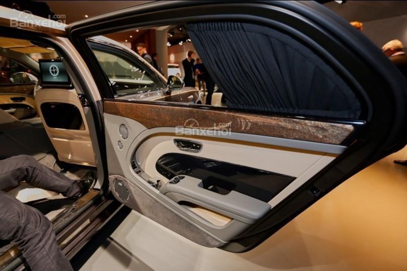 Đánh giá xe Bentley Mulsanne 2017: Thiết kế cửa xe độc đáo.