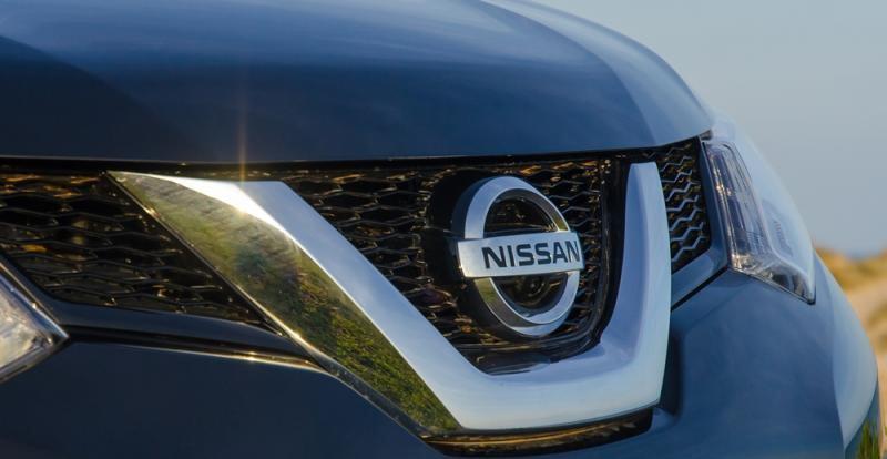 Đánh giá xe Nissan X-Trail 2016 có lưới tản nhiệt với nan kim loại hình chữ V lớn mạ crom.
