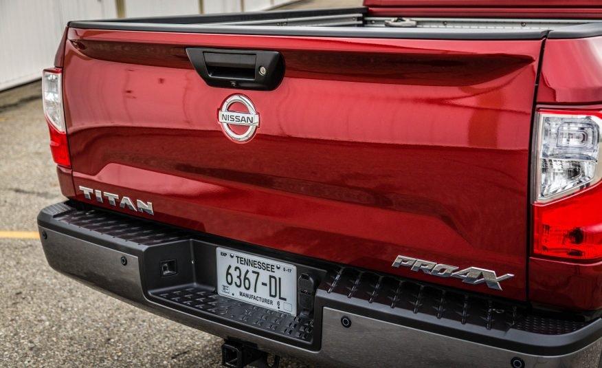 Đánh giá xe Nissan Titan 2017: Đuôi xe với logo của hãng.