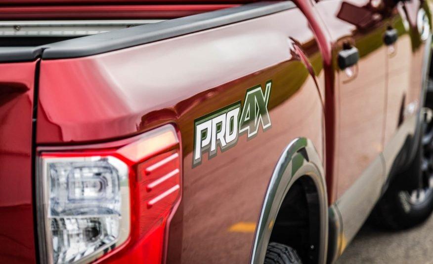 Đánh giá xe Nissan Titan 2017: Đèn hậu phía đuôi xe.