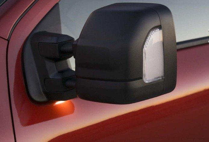 Đánh giá xe Nissan Titan 2017: Gương chiếu hậu của xe.