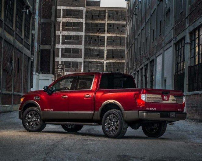 Đánh giá xe Nissan Titan 2017: Đuôi xe khá vuông vức.
