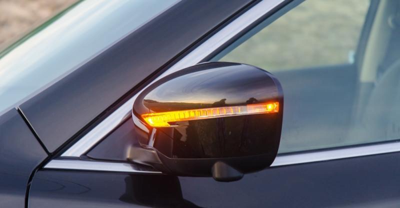 Đánh giá xe Nissan X-Trail 2016 có gướng chiều hậu ngoài gập/chỉnh điện tích hợp dãy đèn LED báo rẽ.