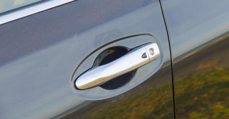 Đánh giá xe Nissan X-Trail 2016 có tay nắm cửa mạ crom bóng bảy.